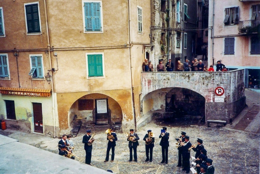 band playing in Pigna